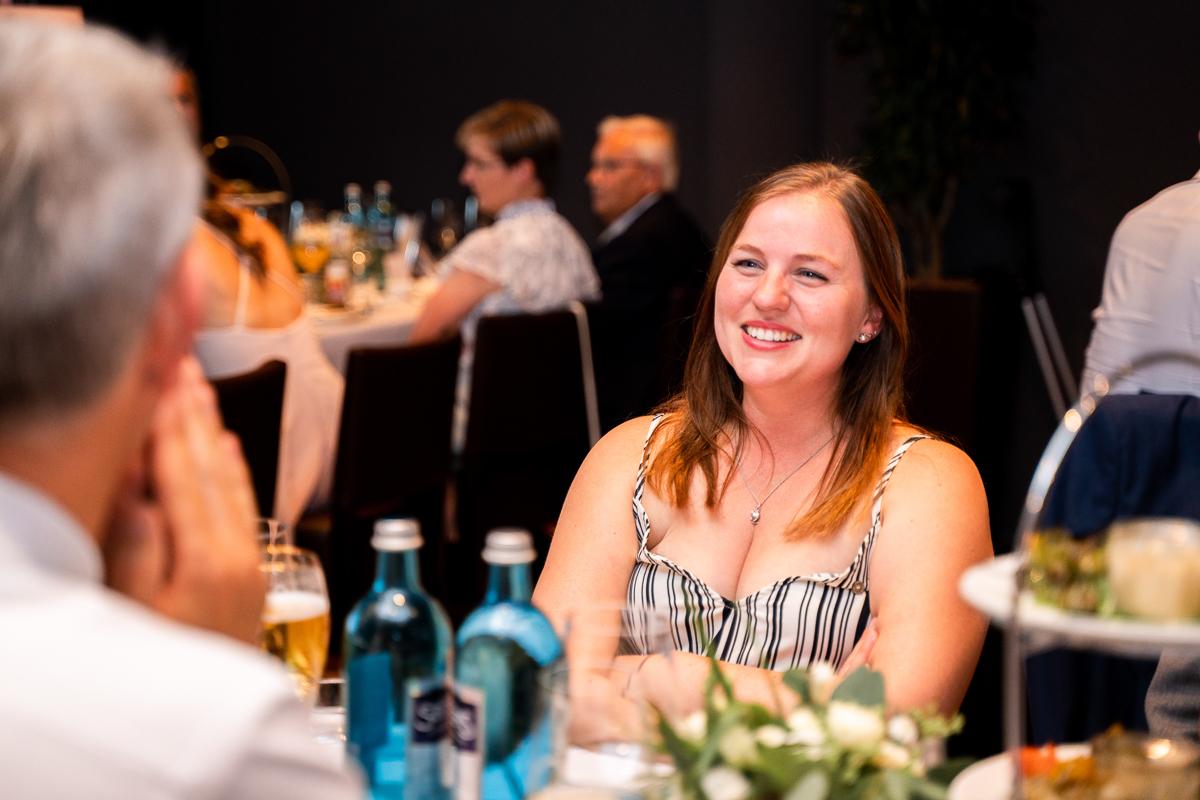 Lachender Gast auf der Hochzeit in bremen