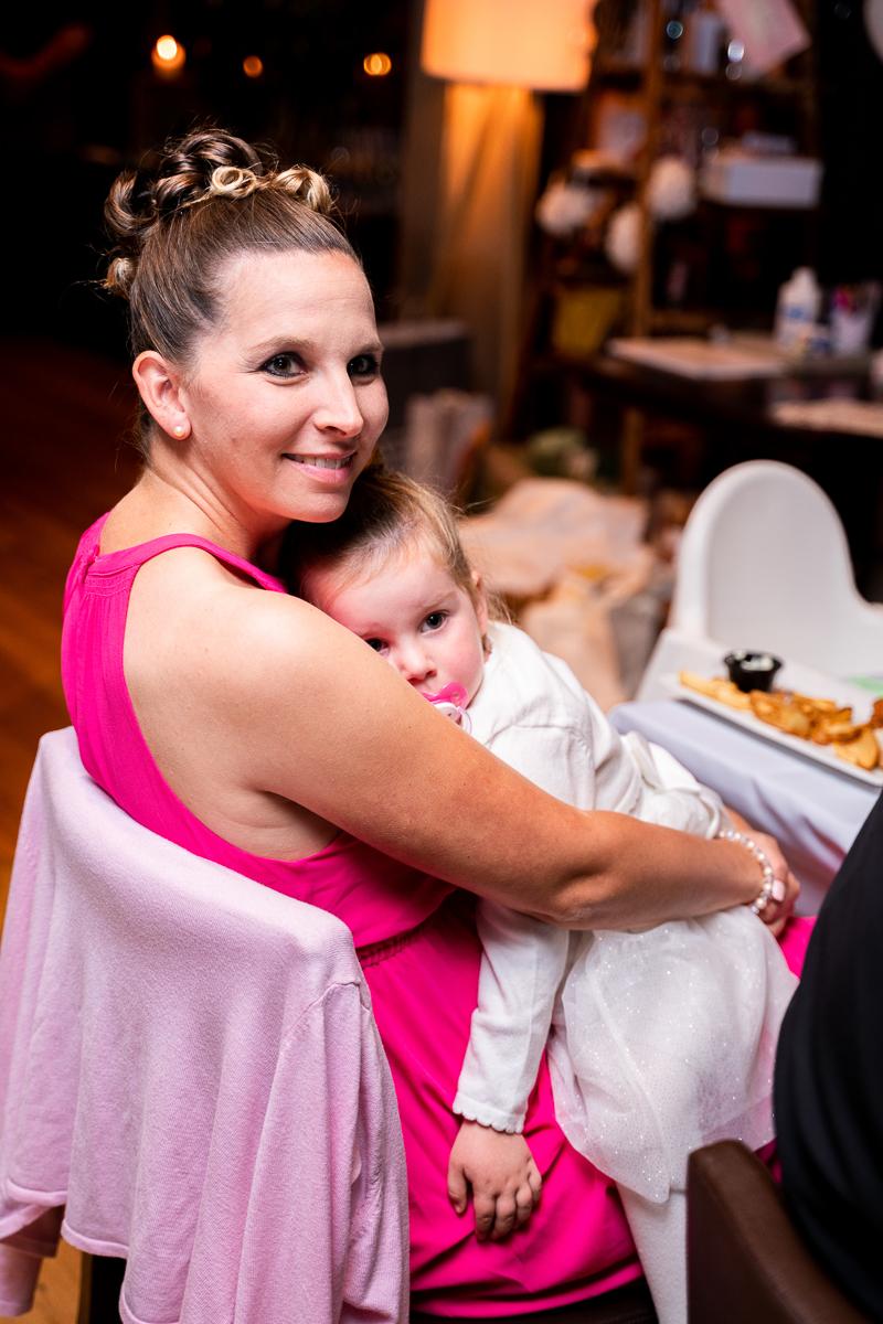 Mutter mit Kind auf der Hochzeitsfeier in bremen Hochzeitsfotos
