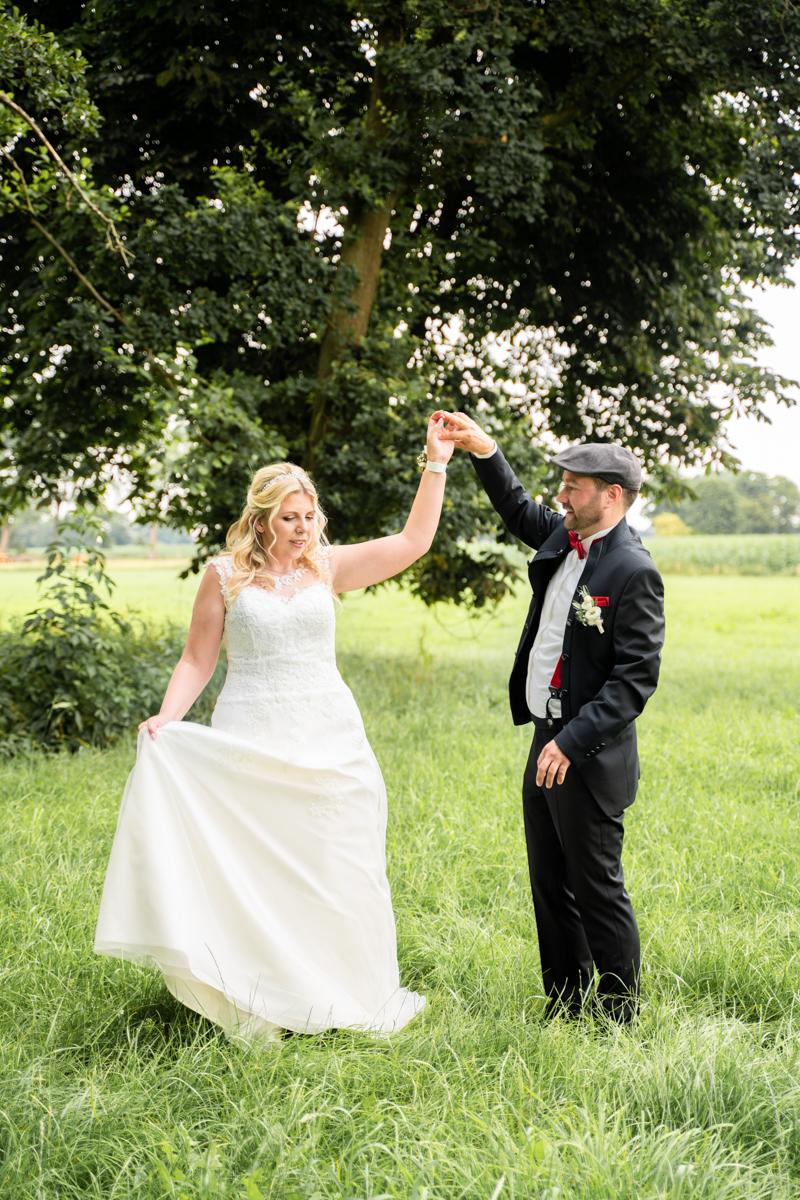 Tanz auf der Wiese Hochzeitsfotograf bremen Oberneuland