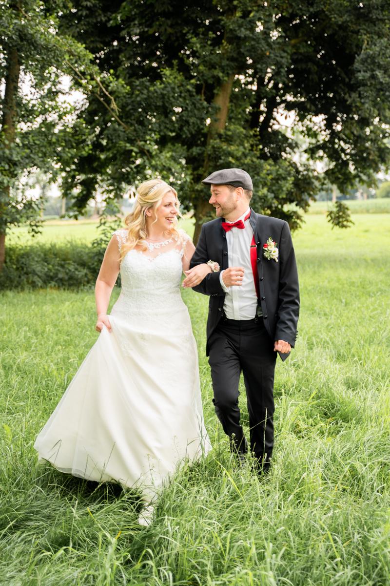 Paarfotos Hochzeitsfotograf Bremen Spaziergang auf der Wiese