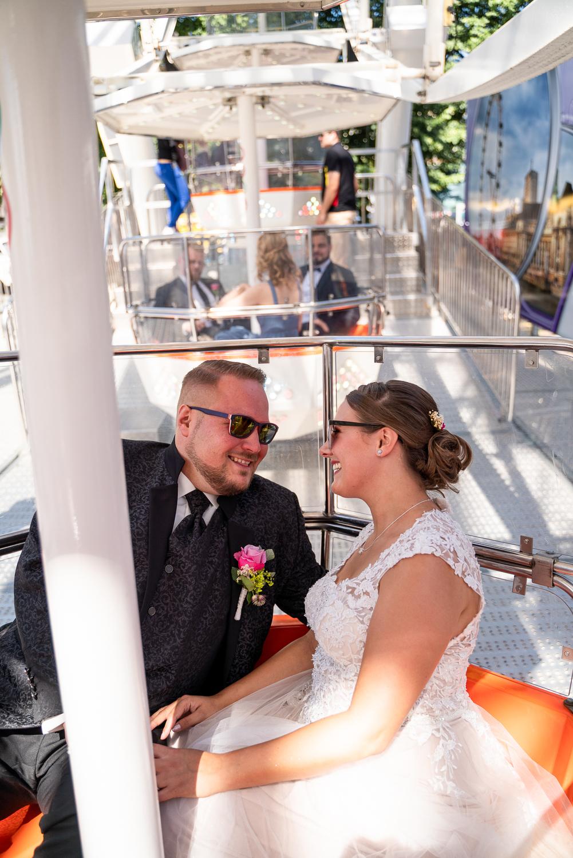 Brautpaar fährt vor der Trauung Riesenrad Hochzeitsreportage Bremen