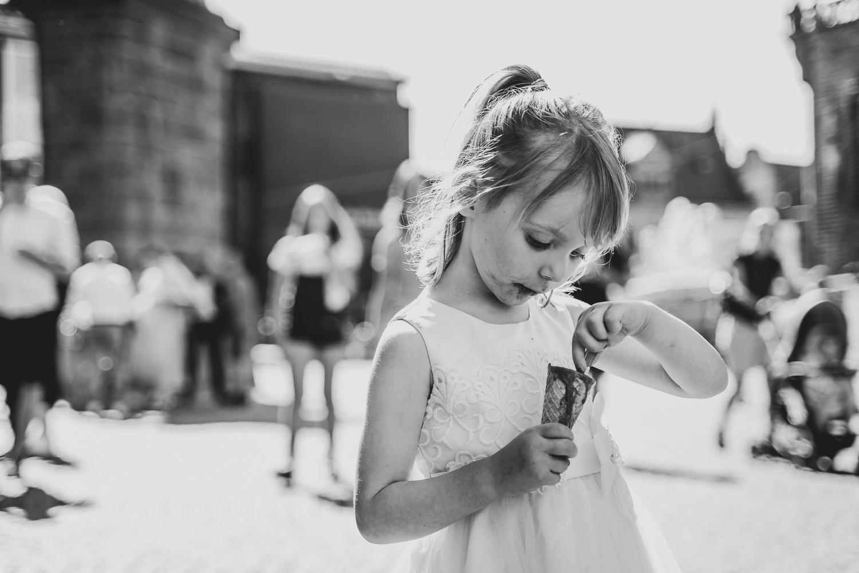 Gästeempfang auf dem Rathausplatz Hochzeitsreportage Bremen Mädchen isst Schokoeis