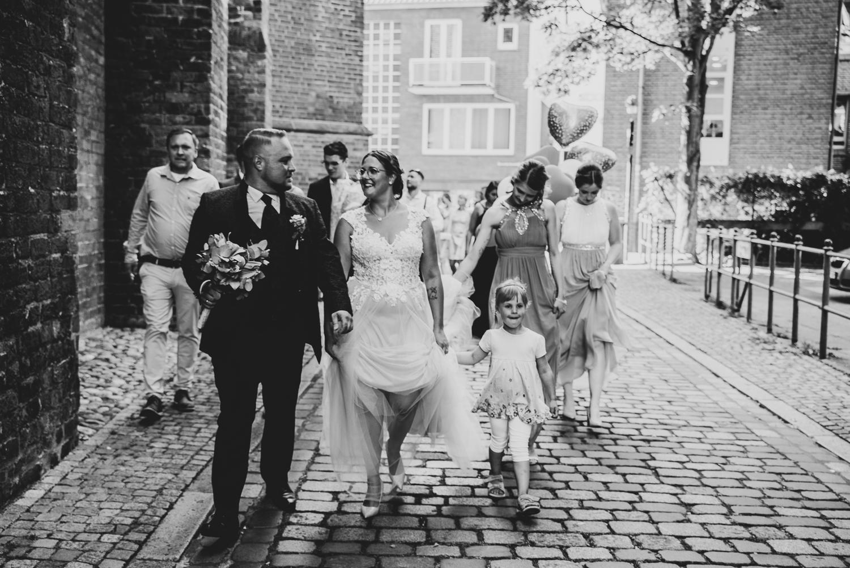 Die Hochzeitsgesellschaft wechselt vom Rathausplatz ins historische Schnoorviertel