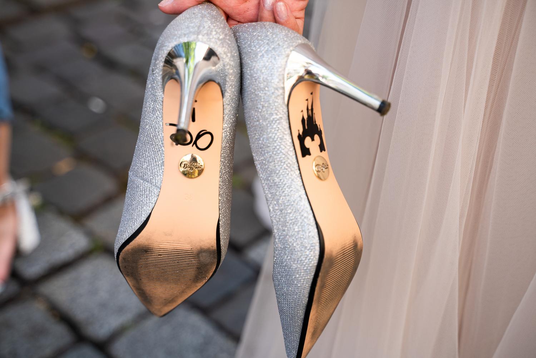 Detailfoto der Brautschuhe Heiratsantrag Disney Land