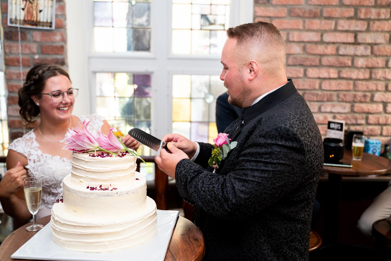 Anschnitt der Hochzeitstorte Hochzeitsfotos in bremen Schnoor