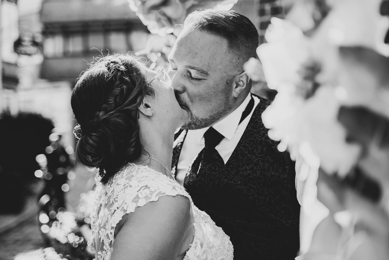 Kuss bei der Hochzeitsfeier in der Grays Bar Bremen