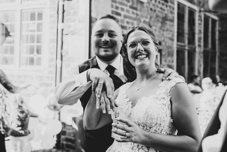 Brautpaar zeigt stolz die Eheringe Hochzeitsreportage im herzen von Bremen