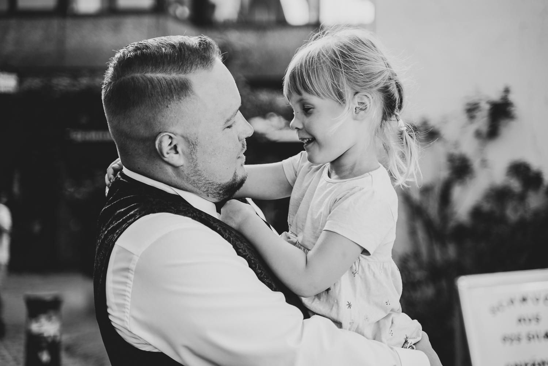 Bräutigam mit Patenkind bei der Hochzeitsfeier im grays Bremen