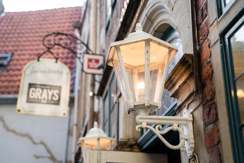 Eingang zur Grays Bar Bremen Hochzeitsreportage im Herzen des Altstadtviertels