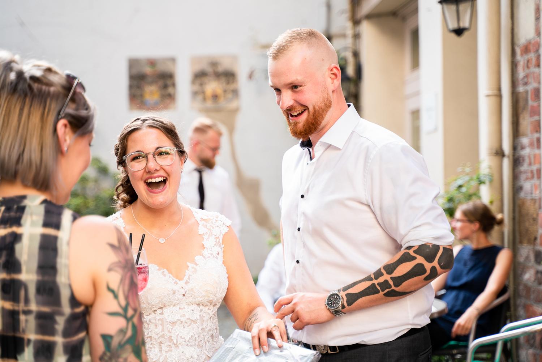 Lachende Gäste beim der Feier im grays Schnoor Bremen