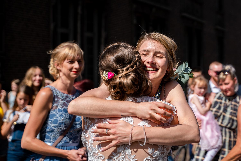 Herzliche Umarmung der Trauzeugin Hochzeitsreportage Bremen Hochzeitsfotos im Urban Stil