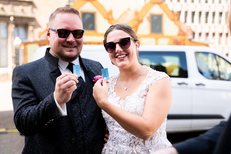 Fahrkarten für das Riesenrad für das Brautpaar Hochzeitsfotos Riesenrad Bremen