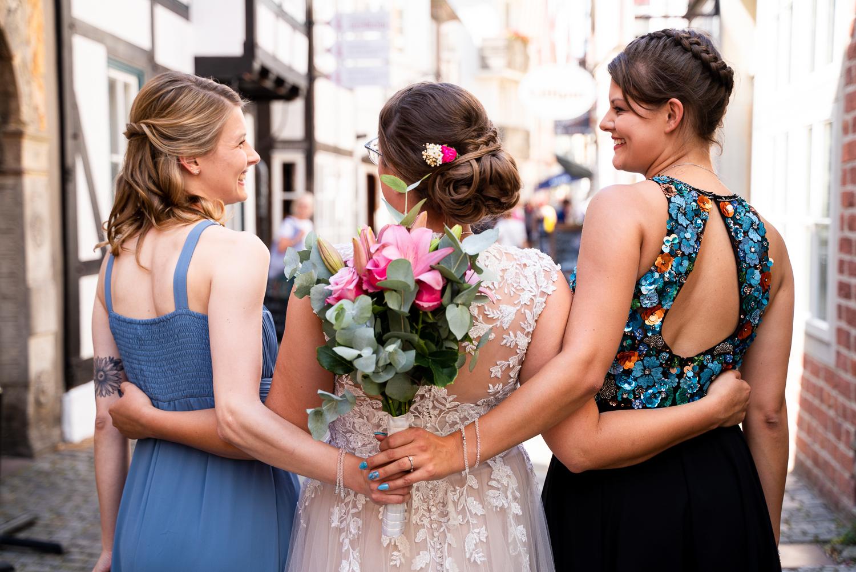 Gemeinsames Foto der Braut mit ihren Trauzeuginnen im Schnoor Bremen