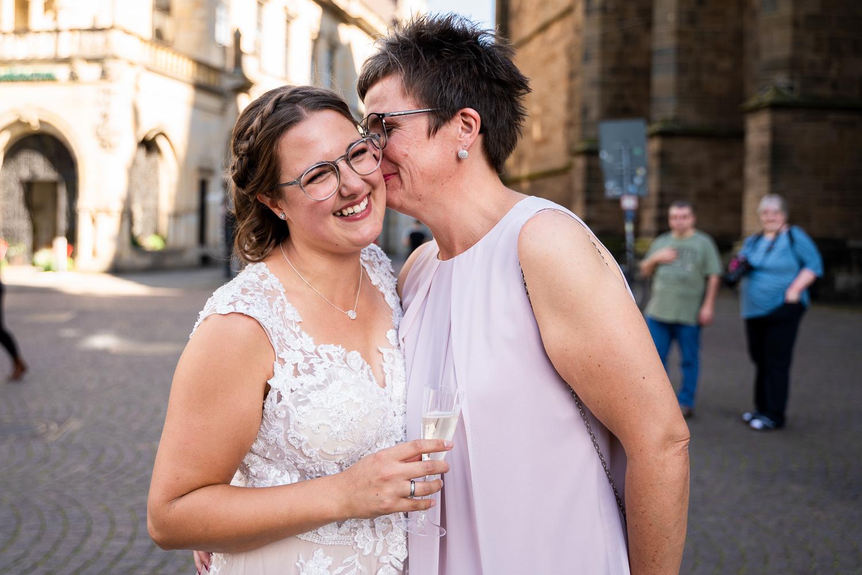 Emotionale Brautmutter beim Empfang auf dem Rathausplatz