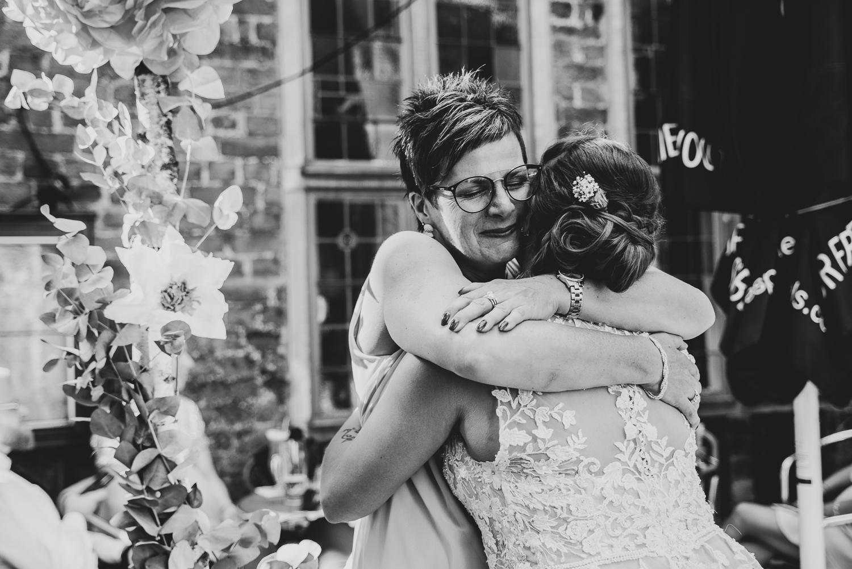 Herzliche Umarmung zur Gratulation bei der Braut Hochzeitsfeier im Grays