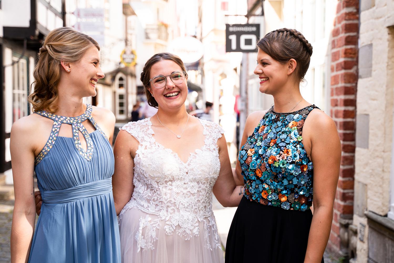 Brautjungfern gemeinsam mit der Braut im Schnoor Bremen Hochzeitsfotos