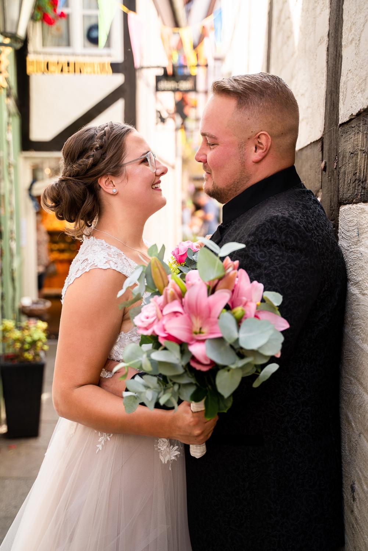 Brautpaar in einer kleinen Gasse des Schnoor Bremen