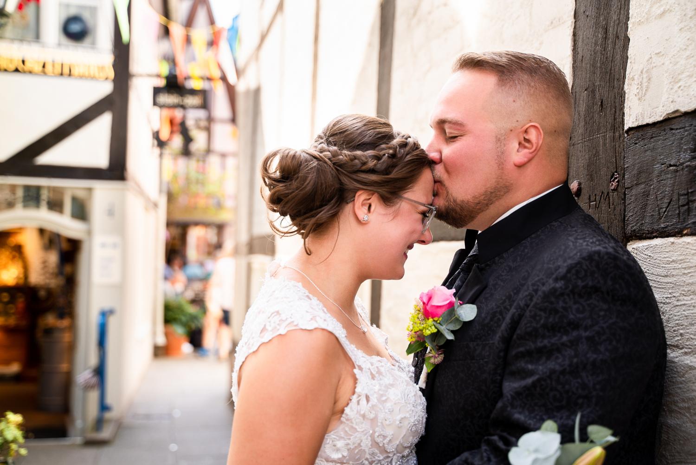 Kuss auf die Stirn für die Braut in der kleinen Gasse beim Hochtiedshuus Bremen