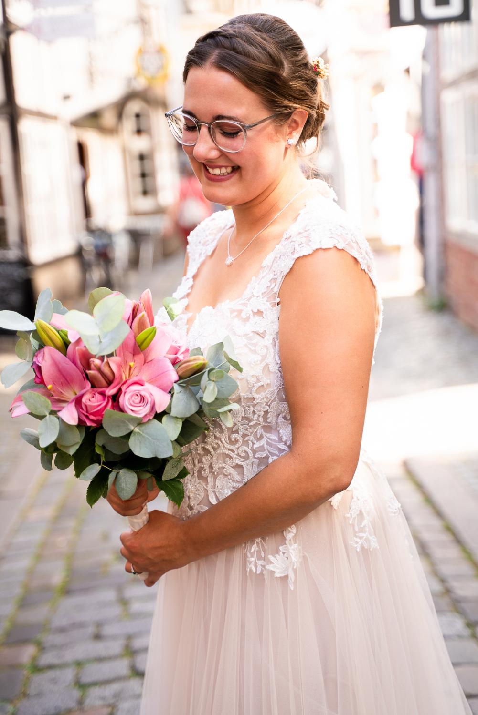Lachende Braut im Schnoor Bremen Hochzeitsfotos