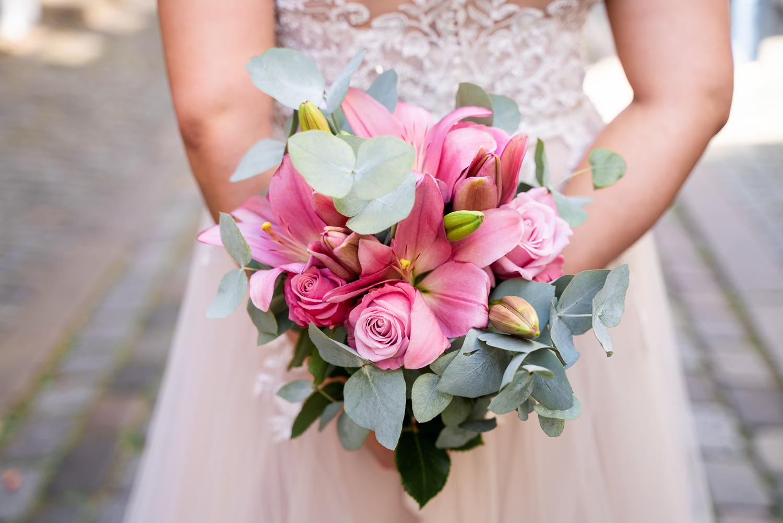 Detailfoto des Brautstraußes mit Lilien