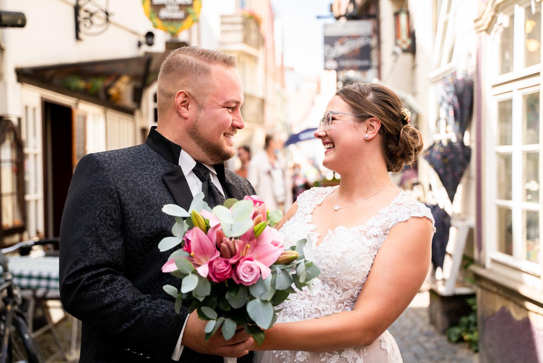 Lachendes Brautpaar Hochzeitsfotos Bremen im urbanen Style