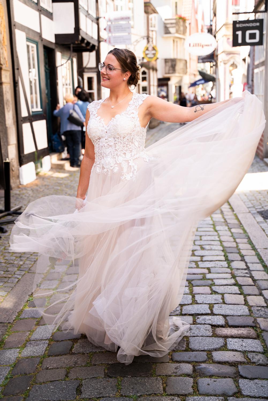 Tanzende Braut bei den Paarbildern im Schnoor
