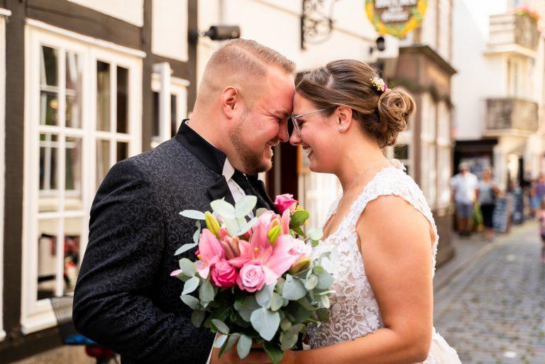 Stirn an Stirn Pärchen kuschelt gemeinsam bei der Hochzeitsreportage in bremen Schnoor