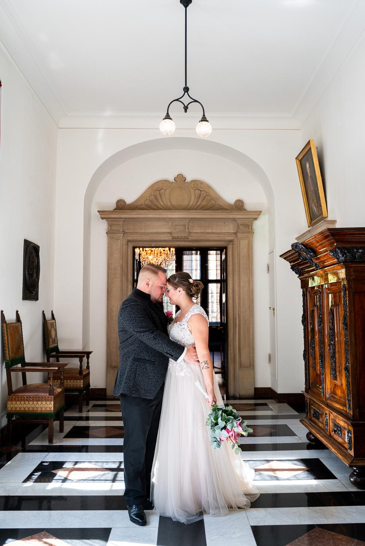 Hochzeitsfotos Bremen im Gang des Rathauses Hochzeitsreportage Oldenburg