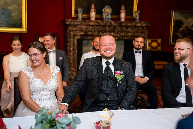 Lachende Hochzeitsgesellschaft im Rathaus Bremen