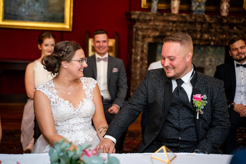 Brautpaar lacht sich an gemeinsame kleine Momente bei der standesamtlichen Trauung