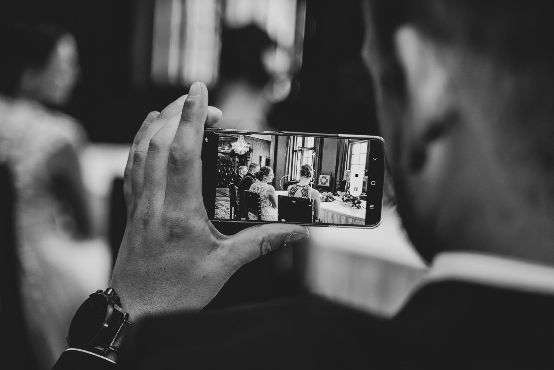 Gast filmt die Trauung des Brautpaares im Rathaus Bremen