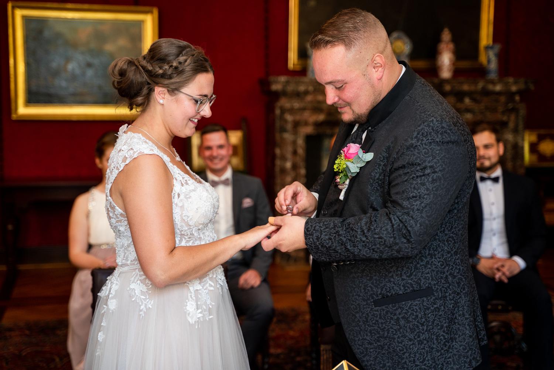 Ringwechsel bei der standesamtlichen Trauung im Rathaus Hochzeitsfotos in bremen Fotografin
