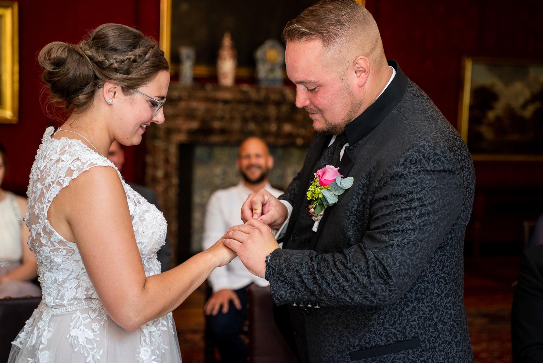 Ringtausch bei der Braut Brautpaar heiratet im Rathaus Bremen
