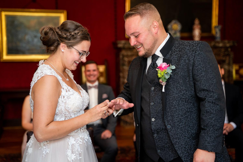 Ringwechsel bei der Trauung im Rathaus Hochzeitsfotos in Bremen und umzu