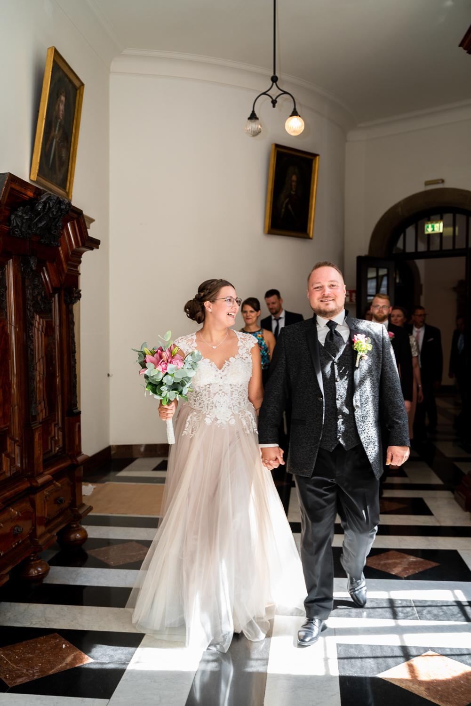 Das Brautpaar ist auf dem Weg zur Trauung im Rathaussaal