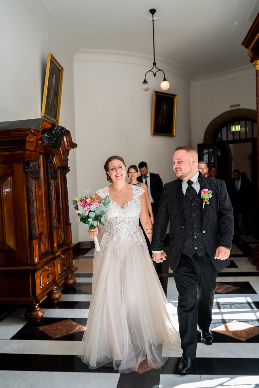 Einzug in das Rathaus Brautpaar läuft gemeinsam durch den Gang