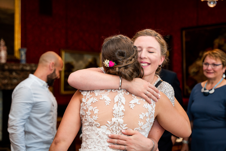 Trauzeugin umarmt die Braut nach der Trauung im Rathaus Bremen