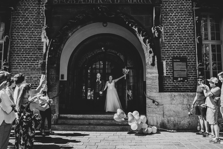 Auszug von der standesamtlichen Trauung im Bremer Rathaus Hochzeitsfotos Bremen