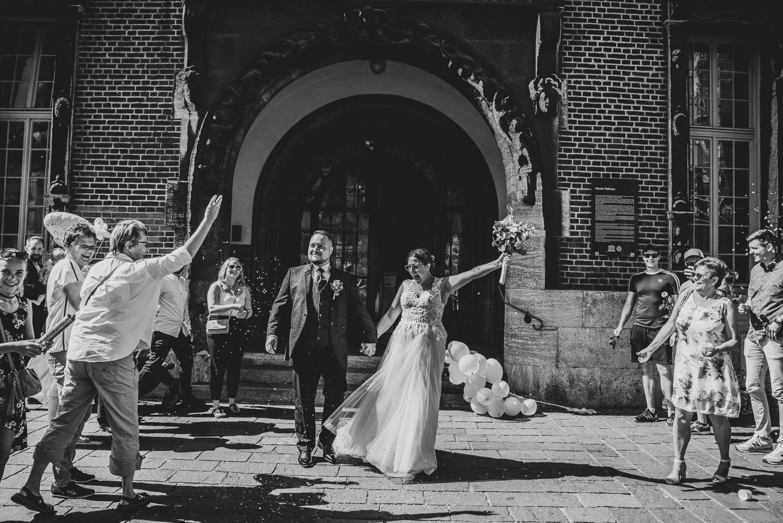 Spalier empfängt das Brautpaar nach der Trauung im Bremer Rathaus Hochzeitsfotografin Oldenburg