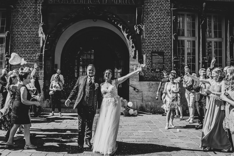 Auszug aus dem Bremer Rathaus jubelnde Braut Hochzeitsreportage im Herzen Bremens