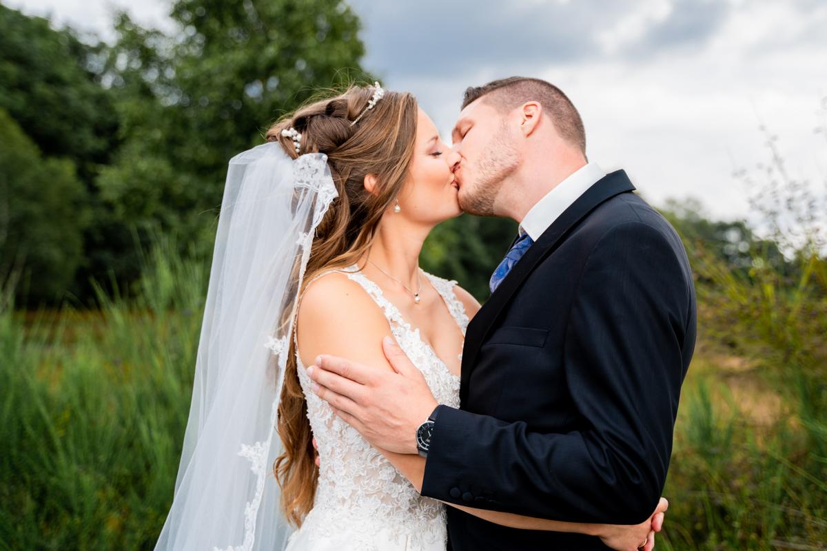 Brautpaar küsst sich Hochzeitsfotos Bremen Hochzeitsfotografin Oldenburg und Umgebung