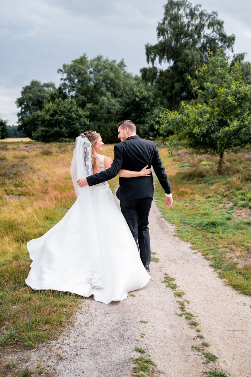 Brautpaar von hinten beim Spaziergang Hochzeitsfotografin bremen