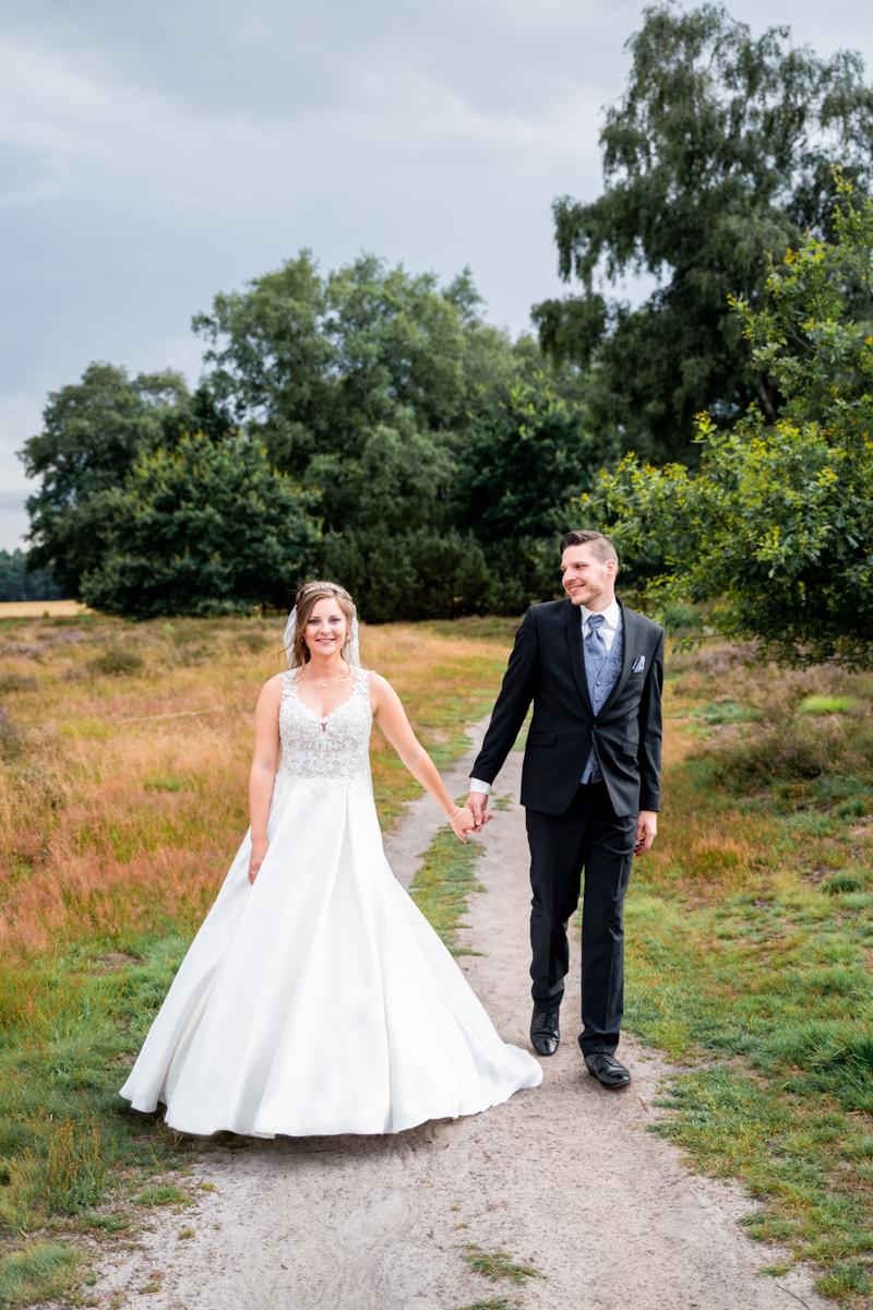 Gemeinsamer Spaziergang durch die Heide Hochzeitsfotografin Bremen Pestruper Heide Oldenburg
