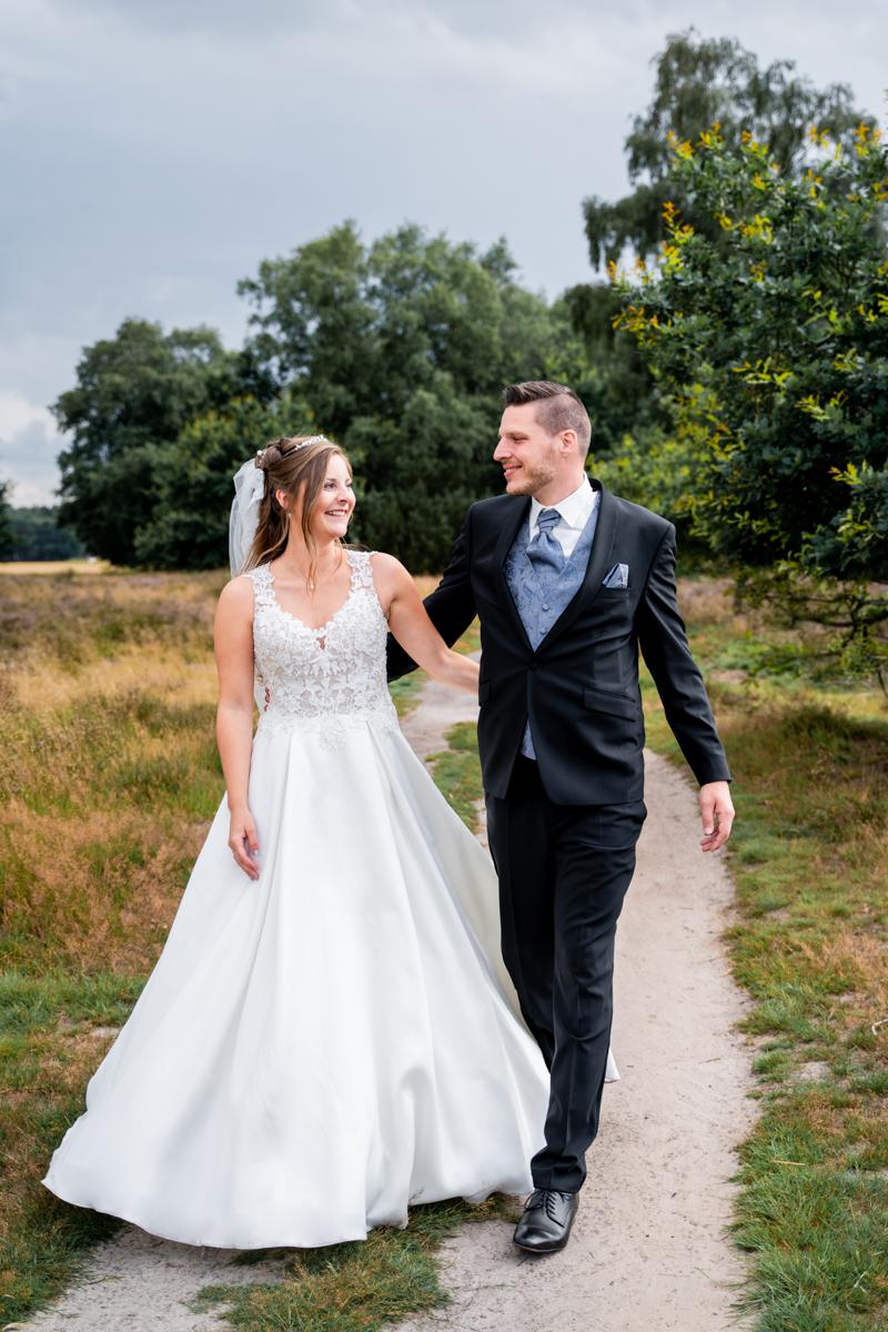 Gemeinsamer Spaziergang durch die Heidelandschaft Wildeshausen Hochzeitsfotos Bremen