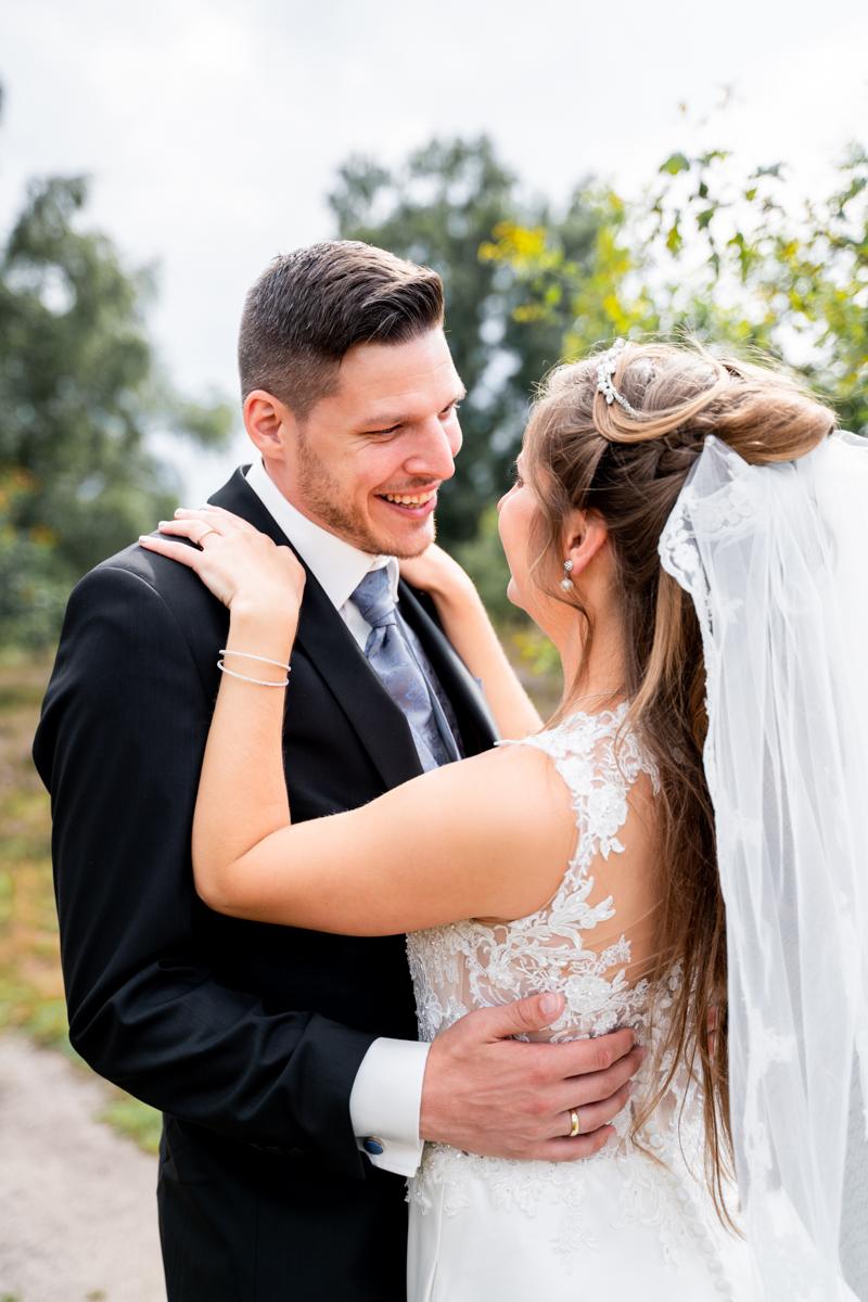 Bräutigam umarmt die Braut Hochzeitsfotos Bremen