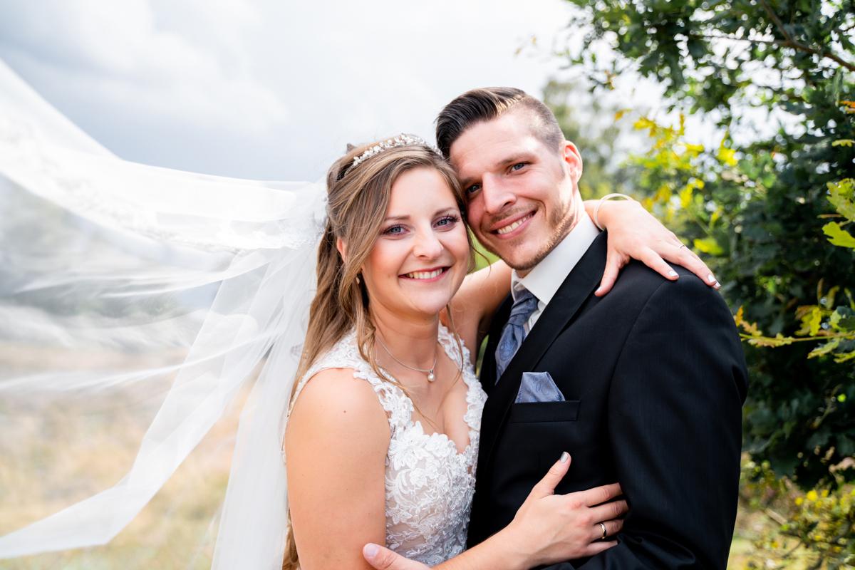 Brautpaarfotos Hochzeitsfotografin Bremen Pestruper Gräberfeld fliegender Schleier beim Fotoshooting