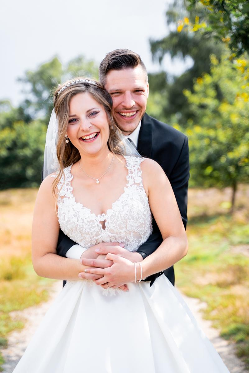 Lachendes Paar Paarfotos in der Pestruper Heide Hochzeitsfotografin Bremen