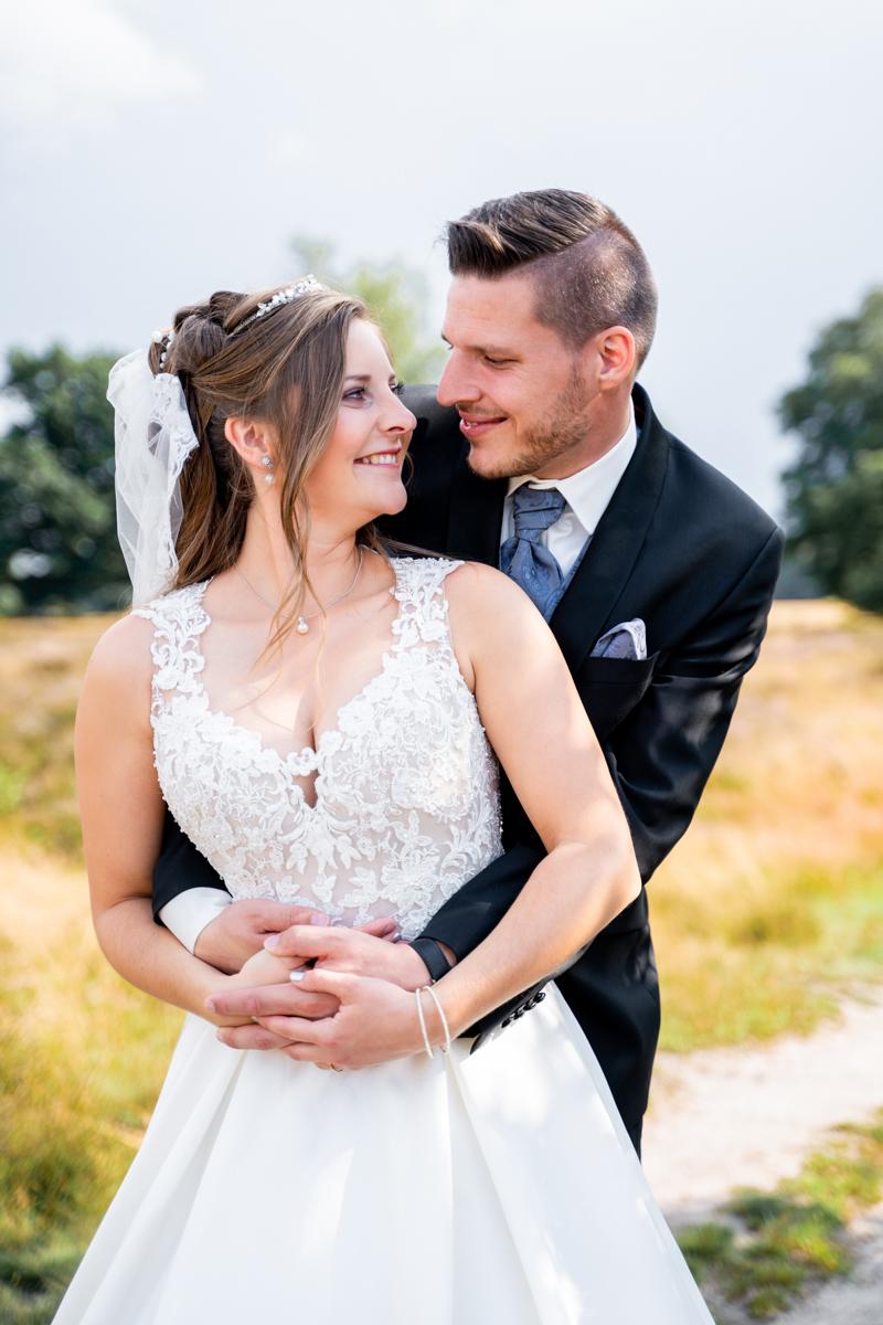 Brautpaar umarmt sich Hochzeitsfotos Bremen Hochzeitsfotografin Oldenburg