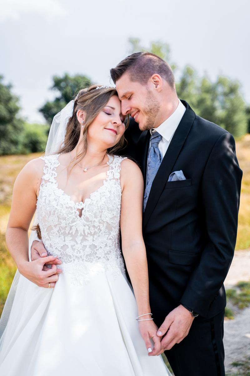 Kuschelndes Brautpaar bei den Hochzeitsfotos Pestruper Heide