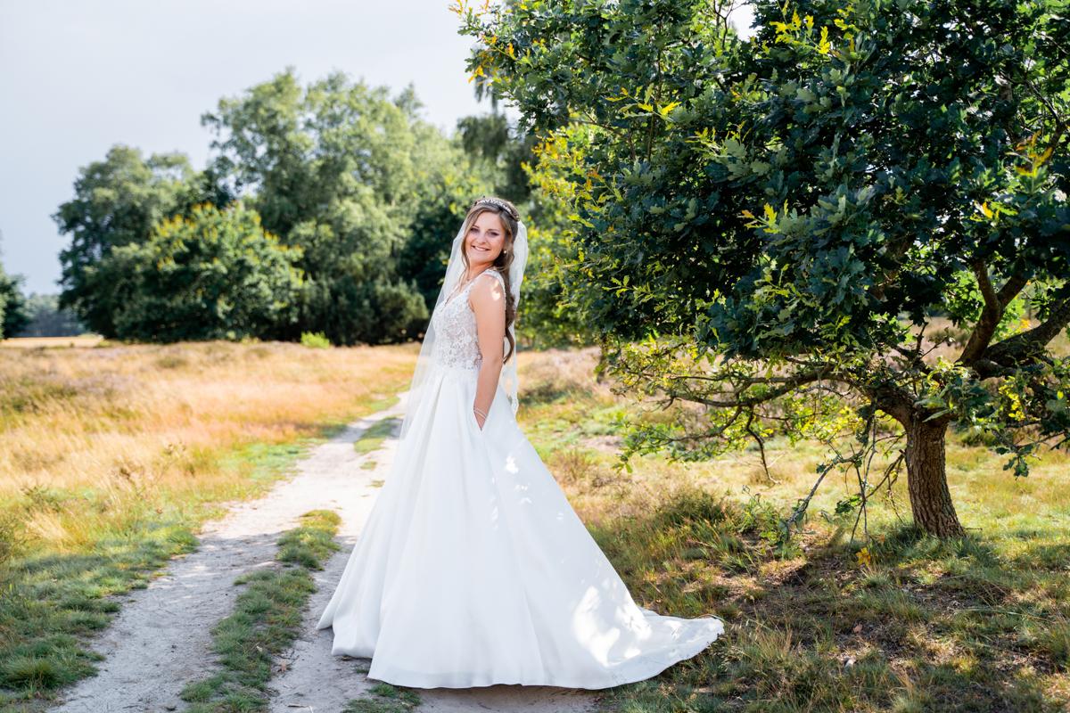 Hochzeitsfotografin Bremen Portrait der Braut in der Heidelandschaft